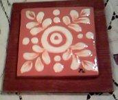 Sotto pentola o piccolo quadro di terracotta rossa con intarsi di argilla bianca di anelli foglie e pallini