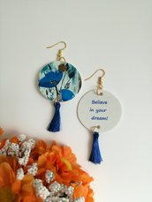 Orecchini di carta pendenti rotondi con fantasia floreale e perla blu