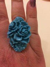 Anello con cabochon ovale con fiori incisi in resina turchese