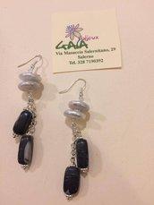 Orecchini con perle di fiume piatte con pendenti in diaspro variegato nero