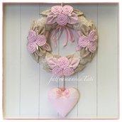 Fiocco nascita con 12 rose con foglioline in cotone rosa e beige e un cuore rosa ornato con pizzo