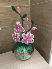Orchidea rosa e bianca fatta a mano con le perline