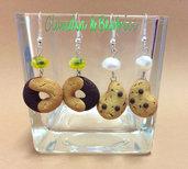 Orecchini pendenti con biscottini gocciole e abbracci fatti a mano in fimo. Idea regalo.
