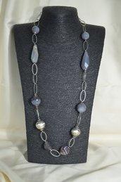 Collana in metallo con agata grigia e sfere perlizzate