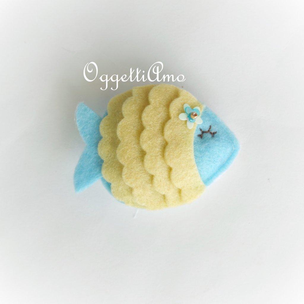 Un pesce come gadget per il battesimo, la nasita, il compleanno del tuo piccolo del segno dei pesci: una calamita in feltro per ricordare il vostro evento