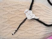 COLLANA in maglia tubolare con Rosa e perline.BIANCO/NERO.Maglia ed uncinetto.Personalizzabile.Gioiello.Accessorio donna.