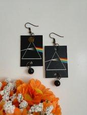 """Orecchini di carta pendenti dedicati ai """"Pink Floyd"""" con perla nera"""