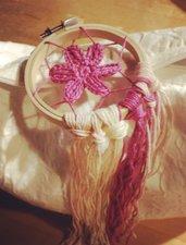 Piccolo acchiappasogni con fiore rosa scuro realizzato ad uncinetto
