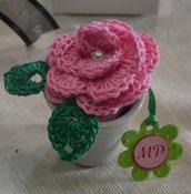 rosa/spilla realizzata con uncinetto
