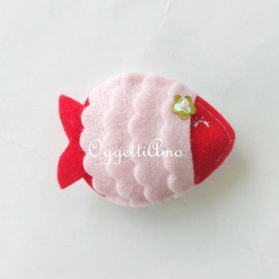 Un pesce rosso con dettagli rosa come calamita, un gadget per il tuo compleanno marino: la sirenetta Ariel,  il pesciolino Nemo e Dory saranno in ottima compagnia!