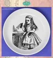 Piattino tondo con illustrazione di Alice nel paese delle Meraviglie in fotoceramica