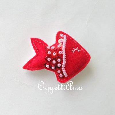 un pesce rosso con dettagli rosa come bomboniera: una calamita originale per chi ama i pesciolini rossi