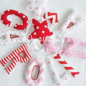 Carolina: una ghirlanda di lettere in stoffa rosse, bianche e rosa per decorare la cameretta con il suo nome1