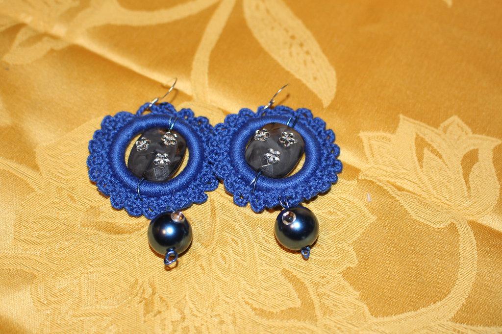 orecchini pendenti fatti all'uncinetto la rumba è blu