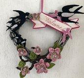 """Ghirlanda """"PRIMAVERA """" in legno a forma di cuore con fiori di pesco e rondini"""