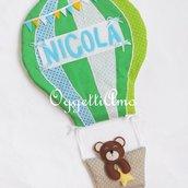 Una mongolfiera come fiocco nascita: una decorazione a forma di mongolfiera con un orsetto a bordo come targa decorativa per la sua cameretta!