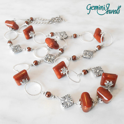 Collana con perle in resina effetto legno