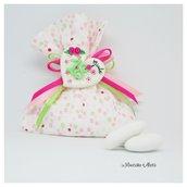 Bomboniera 18 anni. Sacchetto in cotone a pois rosa, fucsia e verdi con cuore con calamita realizzato e decorato a mano in pasta di mais