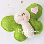 Una farfalla verde con cuore rosa come gadget per il suo compleanno: un grazioso ricordo per i tuoi cari