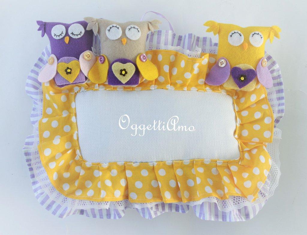Un fiocco nascita in tela aida decorata con merletti, gale, gufi e civette per annunciare la nascita della tua bambina.