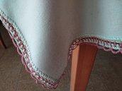 A primavera un delicato pensiero: tovaglia/copritavolo in canapa con pizzo lavorato a uncinetto con filato di viscosa e cotone color rosa antico