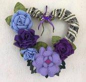 Ghirlanda a cuore con fiori di feltro lilla e viola