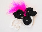 SPILLA con piume,tre rose in lana,crochet.Aggiunta di perle ed un frammento di antico centrino fatto a mano.Accessorio-gioiello donna.
