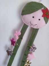 Bambolina porta  mollettine per capelli in panno lenci rosa verde , bimba.