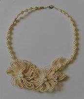 Elegante collana con fiori di fetuccia soutache e perline