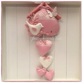Fiocco nascita casetta in cotone rosa con uccellino bianco,farfalla,pizzo e 4 cuori bianchi e rosa