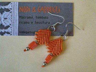 Orecchini in macramé color arancio e perla