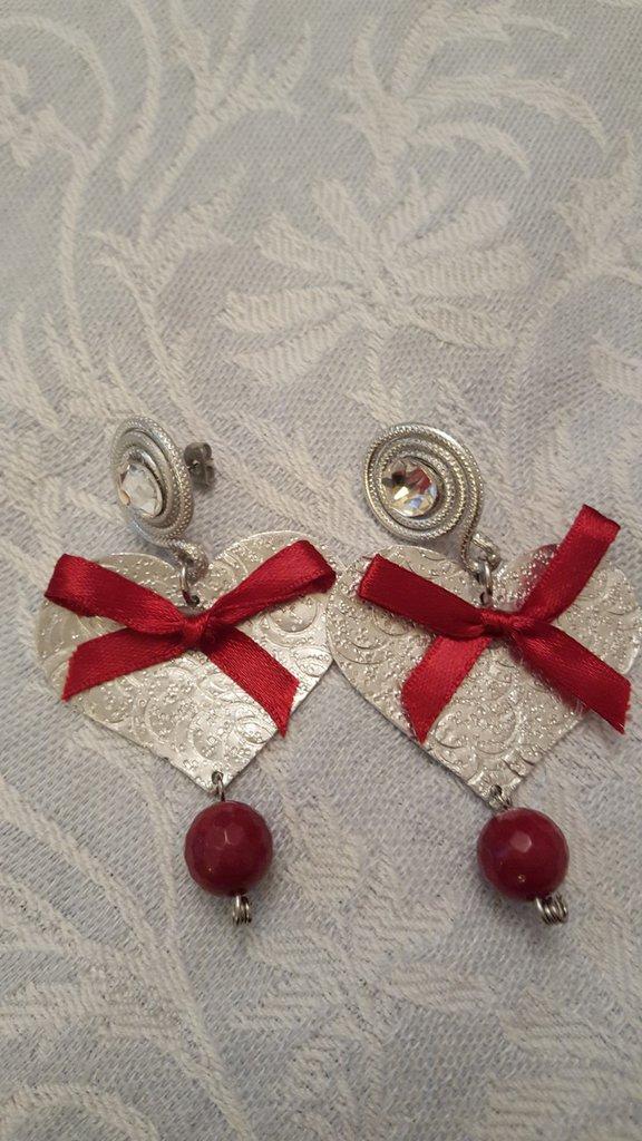Orecchini cuore a lobo in alluminio Swarovski e perla in radice di rubino