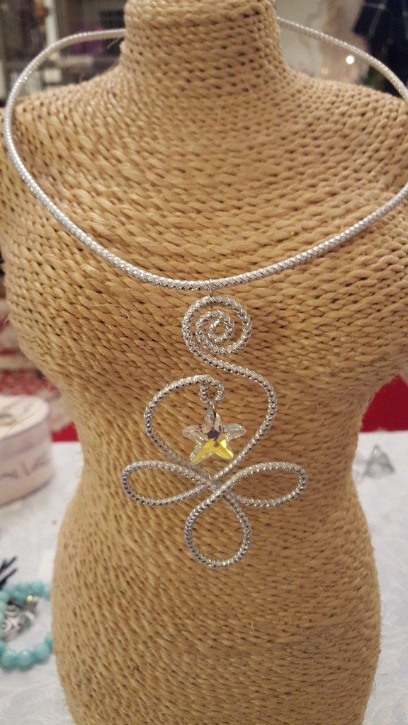 Collana girocollo semirigida in alluminio striato con pendente Swarovski