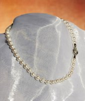 Collana di perle bianche con chiusura a moschettone (GC64)