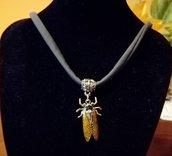 Collana con ciondolo in resina a forma cicala nichel free,in omaggio ciondolo con segno zodialcale o iniziale