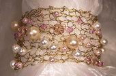 Bracciale a fascia lavorato a maglia con perle bianche, rosa e cristalli (BR14)