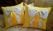 coppia di cuscini con fiocchi
