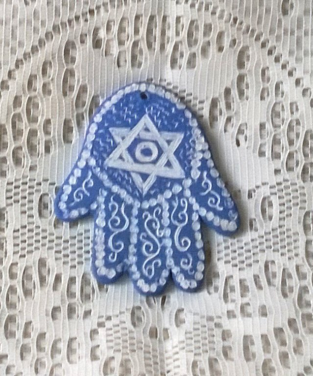 Mano di Fatima di ceramica graffita di color turchese e bianca con stella in alto e ganci sulle dita