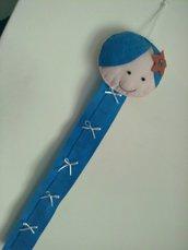 Bambolina  porta cerchietti in panno lenci rosa azzurro per bimba.