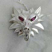 medaglione di Geralt di Rivia in argento e rubini, scuola del lupo