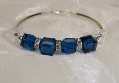 Bracciale semi-rigido con cristalli blu, bianchi e strass (BR53)