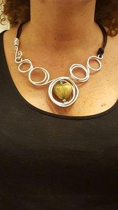 Collana in alluminio battuto, cuoio e cuore in ceramica greca