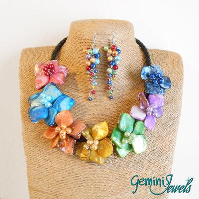 Girocollo fiori di madreperla colorati con orecchini pendenti