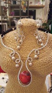 Collana in alluminio battuto con perla centrale in corallo e perle in cotone