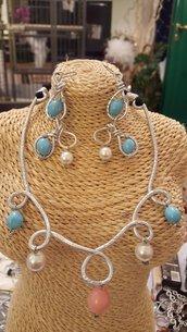 Collana girocollo in alluminio battuto con perle in vetro ricoperte di pasta di turchese e corallo
