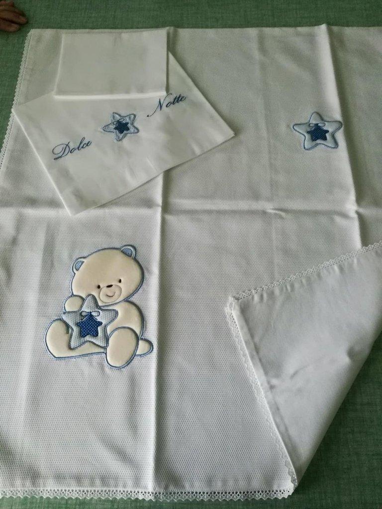 completo di lenzuolino e copertina realizzata interamente a mano , di colore bianca con l'orsacchiotto in pile panna azzurro