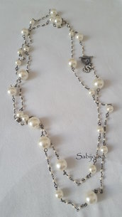 collana lunga con perle sintetiche