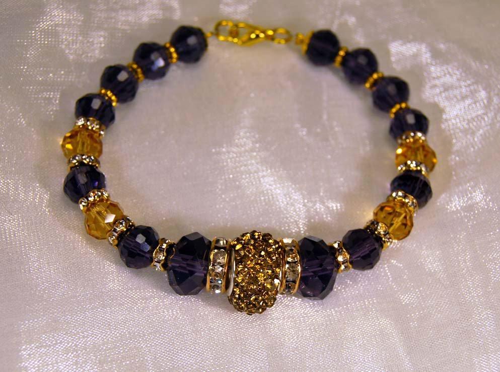 Bracciale semirigido con cristalli gialli e viola ametista, boule centrale a pavè giallo e strass (BR51)