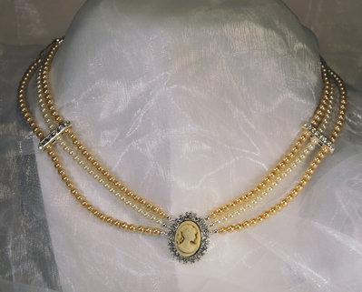 """Girocollo stile """"vintage"""" in perle bicolori e centrale con cammeo circondato da strass (GC08)"""