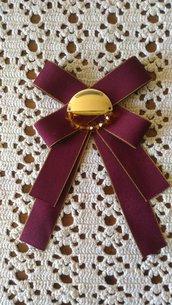 Regala per la festa della Mamma spilla con fiocco realizzata con nastro grosgrain rosso bordeaux ed elemento bijoux centrale